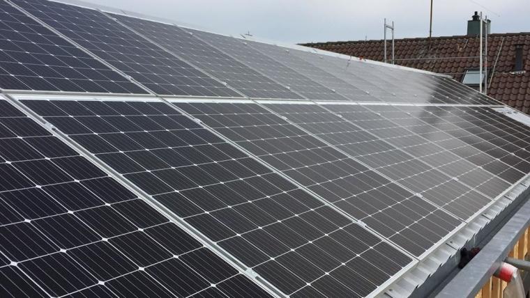 Montage von 30 Photovoltaik Kollektoren